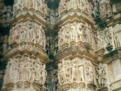 Detalle esculturas eroticas en los templos hinduistas de Khajura by <b>Maria Fernando</b> ( a Panoramio image )