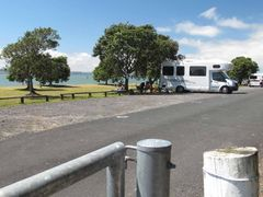 Shelly Beach campground by <b>NZ Frenzy Guidebook (North) www.NzFrenzy.com</b> ( a Panoramio image )