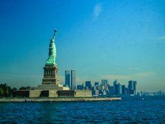 NY 1992 - Miss Liberty con sullo sfondo Manhattan by <b>paolo savigni</b> ( a Panoramio image )