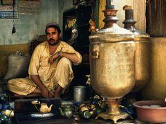 Peshawar - The Big Pot Tea Man by <b>zerega</b> ( a Panoramio image )