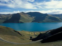 Yamdrok Tso from Kamba La by <b>Kaylash</b> ( a Panoramio image )