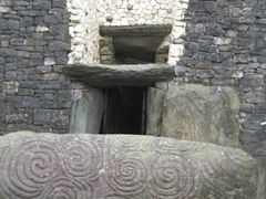 newgrange entrance stone by <b>MANNYDELGADO</b> ( a Panoramio image )
