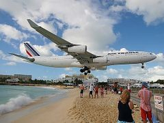 Air France is coming in on Saint Martin by <b>Joop Dobber</b> ( a Panoramio image )