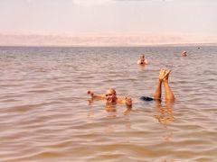 Flotando en el Mar Muerto by <b>juliser</b> ( a Panoramio image )
