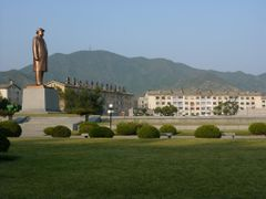Ch`ngjin: Kim Il-sung statue in the center of town by <b>Eckart Dege</b> ( a Panoramio image )
