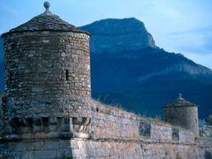 Ciudadela de Jaca, y Pe?a Oroel by <b>ET</b> ( a Panoramio image )