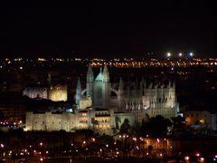 Palma de Mallorca - Vista nocturna de la Catedral y la Almudaina by <b>javier herranz</b> ( a Panoramio image )