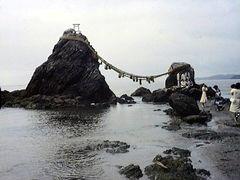 Japon -Futamiga-ura - les rochers maries by <b>Carre</b> ( a Panoramio image )