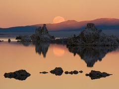 Mono Lake Moonrise by <b>JeffSullivanPhotography</b> ( a Panoramio image )