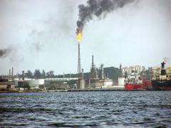 Pollution?,  Refineria Nico Lopez vista desde la Bahia de la Hab by <b>Roberto Lam</b> ( a Panoramio image )
