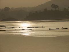 Ramasseurs de sable sur le fleuve Oubangui by <b>Gege</b> ( a Panoramio image )