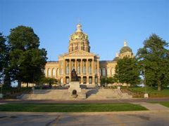 Iowa State Capitol building, Des Moines, IA by <b>marnox1</b> ( a Panoramio image )