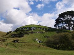 "One can easily recognize Bag End, Bilbo""s home by <b>michaelhoen</b> ( a Panoramio image )"