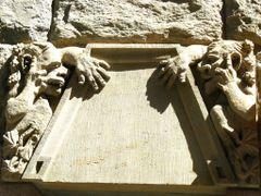 2 Fassadenfiguren (beim Nachdenken?) by <b>e.m.r.</b> ( a Panoramio image )