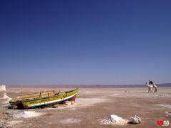 Paisaje desolador en el lago salado de Chott El Jerid by <b>Simoneira</b> ( a Panoramio image )
