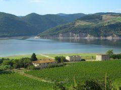 Lago di Corbara: vigneti e casolari abbandonati sulla riva orien by <b>Renato Pantini</b> ( a Panoramio image )