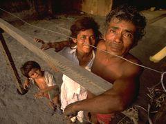Familia viviendo en las ruinas del terremoto de Managua de 1972 by <b>Jose Antonio Rojo</b> ( a Panoramio image )