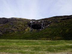 et lille vandfald , spytter flere tusinder kubilmeter vand ud i  by <b>gumuken</b> ( a Panoramio image )