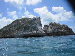 Approach To Thunderball Cave by <b>cosmicmiami</b> ( a Panoramio image )