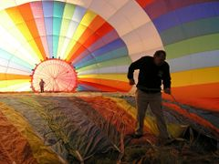 Methven hot air ballooning - getting ready (2nd in January 2010  by <b>Tomas K?h?ut</b> ( a Panoramio image )