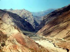 Памирский тракт в ущелье Сарыоба by <b>Sergey Bulanov</b> ( a Panoramio image )
