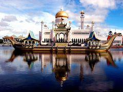 HoLy Omar Ali Saifuddien Mosque by <b>moonsun77</b> ( a Panoramio image )