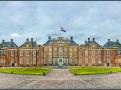 Apeldoorn: Paleis Het Loo (even uitvergroten ...!) by <b>Bert Kaufmann</b> ( a Panoramio image )
