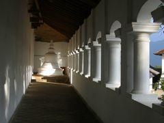 Vestibule du temple de Dambulla by <b>Christian PERLOT</b> ( a Panoramio image )