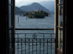 Through the window... Isola Superiore (dei pescatori) from Isola by <b>geotsak  (in memory)</b> ( a Panoramio image )