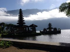 """Contre-jour sur le temple d""""Ulun Danu (2007) by <b>Olivier Morice http://olivier-morice.fr</b> ( a Panoramio image )"""