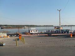 Pontonul ferry-boat-lui de la Galati by <b>mariana creanga</b> ( a Panoramio image )