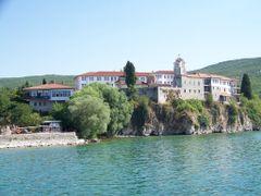 Pogled na Sv. Naum od ezero by <b>tgoce</b> ( a Panoramio image )