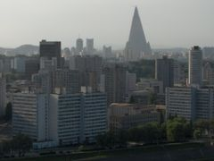 View of Ryugyong hotel seen from Yanggakdo hotel by <b>Marco Lohnen</b> ( a Panoramio image )