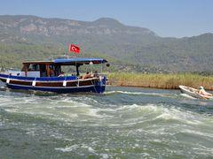 River Dalyan - tow boat by <b>majasa</b> ( a Panoramio image )
