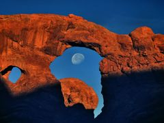 "Dawn and the waning moon in Arches Nat""l Park by <b>tom sellek</b> ( a Panoramio image )"