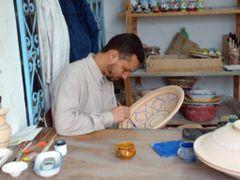 Tunisie, les decors faits a la main sur les plats en ceramique by <b>Roger-11</b> ( a Panoramio image )