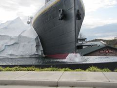 "Replica...""Titanic""..with ice berg at left! in Smokey Mountians by <b>Sarah O</b> ( a Panoramio image )"