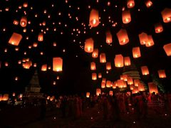 Yee Peng Festival - Paying homage to Lord Buddha by <b>?o??</b> ( a Panoramio image )