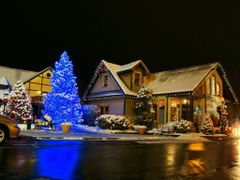 DSC06390 Pigeon Forge at Night by <b>Volkan YUKSEL</b> ( a Panoramio image )