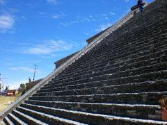 ESCALINATA SOMBREADA Y FONDO AZUL, GRAN PIRAMIDE DE CHOLULA, PUE by <b>Sergio Arce G</b> ( a Panoramio image )
