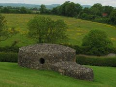Small tomb in Newgrange by <b>dbsfemino</b> ( a Panoramio image )