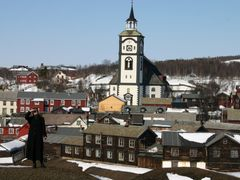 R?ros Church  and the old living quarters by <b>Harry Wahlv?g. http://www.wahlvaagsreiser.com</b> ( a Panoramio image )