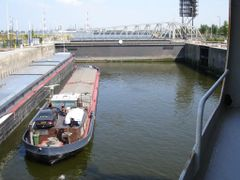 2 barges in kallo lock by <b>francesco de crescenzo</b> ( a Panoramio image )