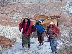 Nepali women / Pisang, Nepal by <b>Sergey Ashmarin</b> ( a Panoramio image )