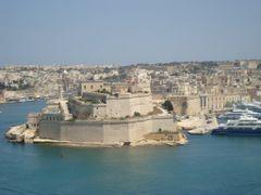Vista de Birgu y su Fuerte Saint Angelo desde el mirador de los  by <b>AnaMariaOss</b> ( a Panoramio image )