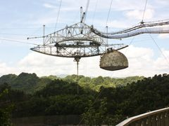 Receiver and Transmitter to the space Mechanism in Arecibo Obser by <b>Roberto Lam</b> ( a Panoramio image )