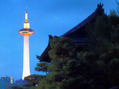 Kyoto tower in evening by <b>taoy (keep Panoramio)</b> ( a Panoramio image )