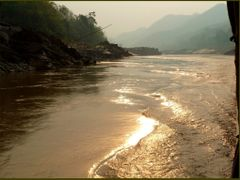 The day was slowly winding down on Mekong River by <b>Tomros</b> ( a Panoramio image )