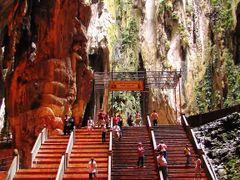 Hindu temple-----  batu cave by <b>Ehsan Khanjani</b> ( a Panoramio image )