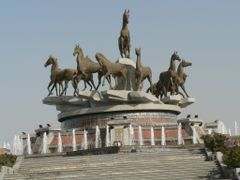 Monument to Ahal horse by <b>DXT 1</b> ( a Panoramio image )